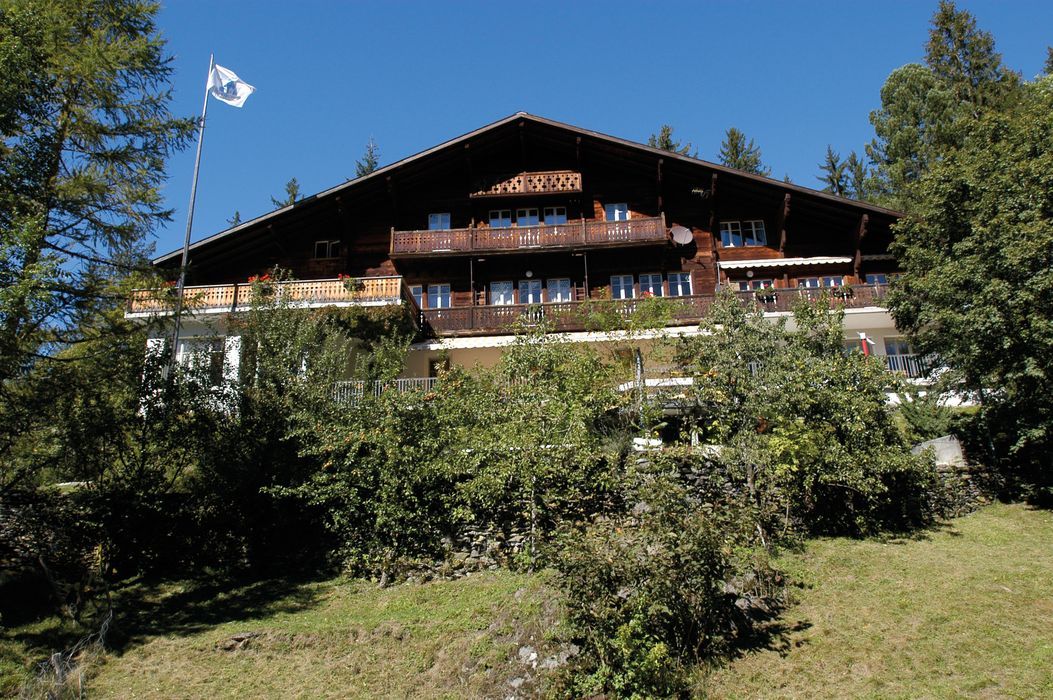 Outside view and house Grindelwald Youth Hostel