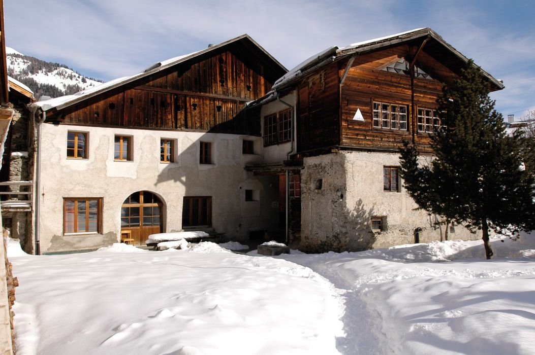 Exterior view winter Sta. Maria Youth Hostel